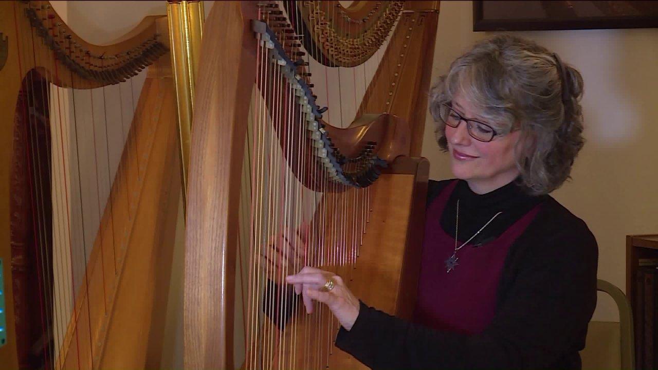 ミュージシャンのハープの演奏を提供ちは治療に直面している人々のための医療問題