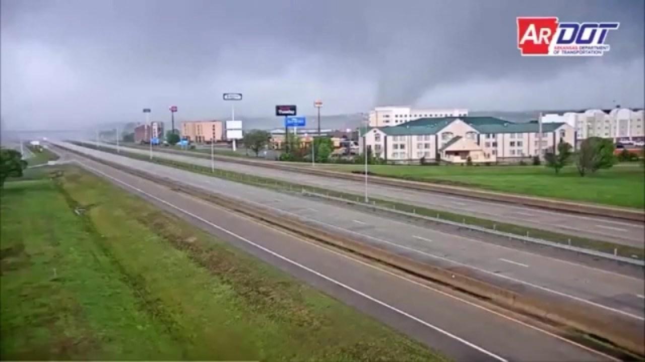 Auf Band festgehalten: Tornado reißt durch die shopping area in Arkansas