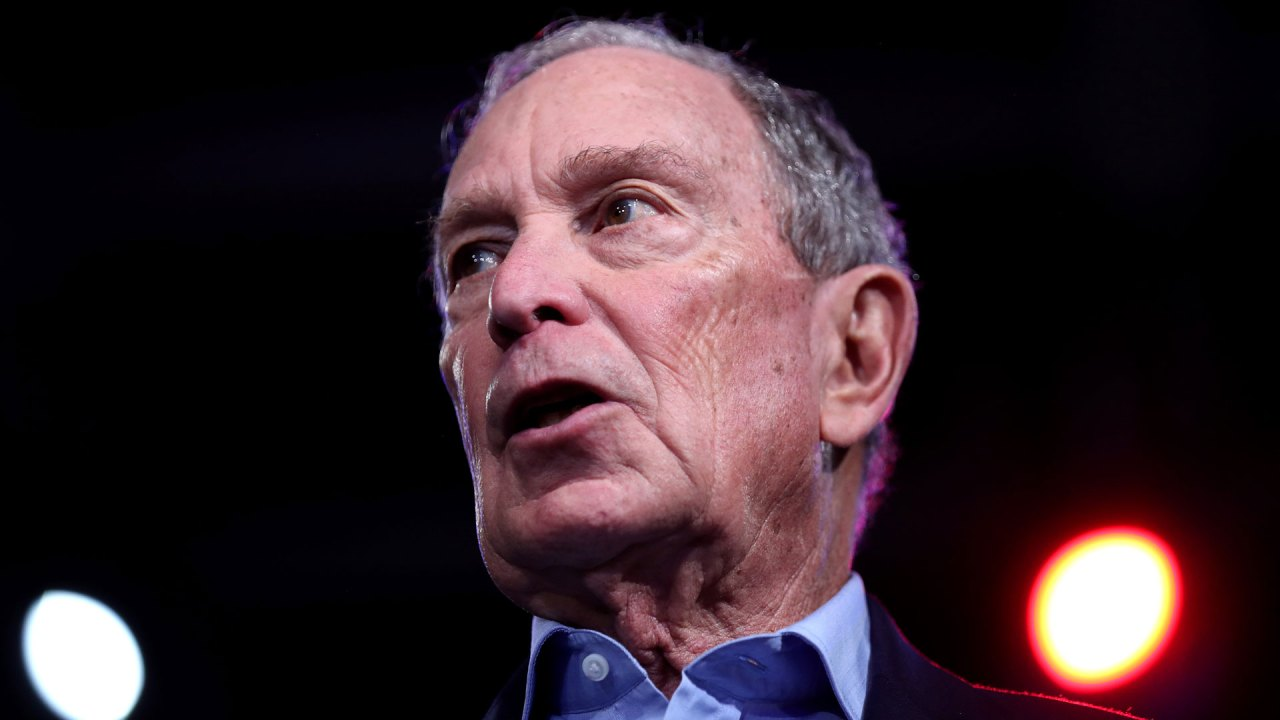 Michael Bloomberg τελειώνει το 2020 προεδρική προσφορά του, συμφωνεί με τον Τζο Μπάιντεν