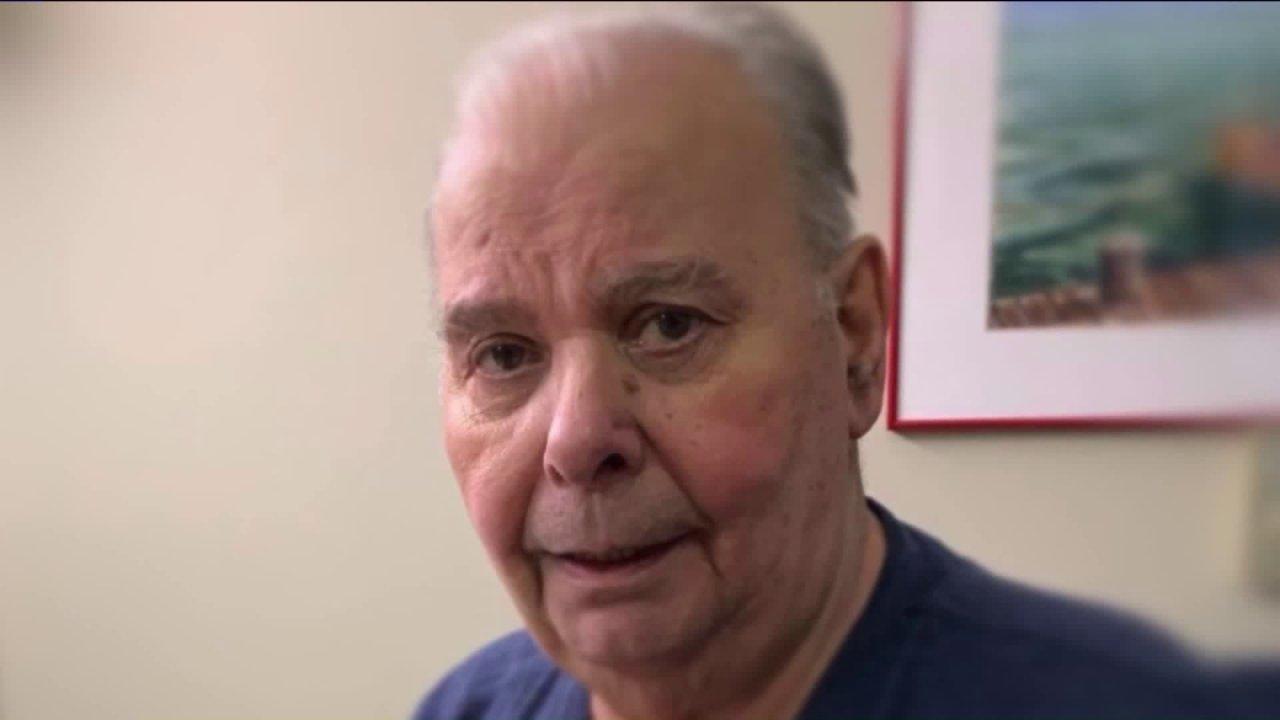 Familie von sterbenden Mann reden, über das ausführen von in-und out-of-assisted-living-center zu verabschieden