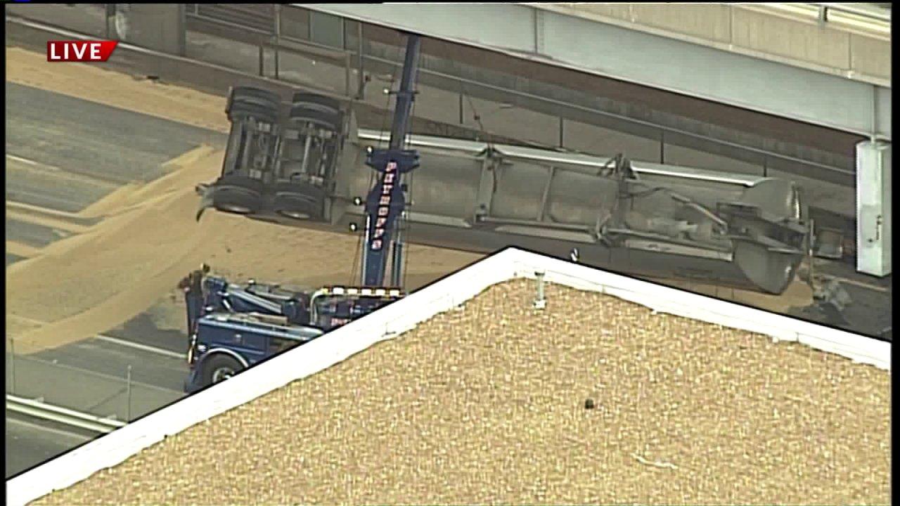 Alle eastbound Gassen von I-64 geschlossen, nachdem die Traktor-Anhänger-crash-dumps Sojabohnen