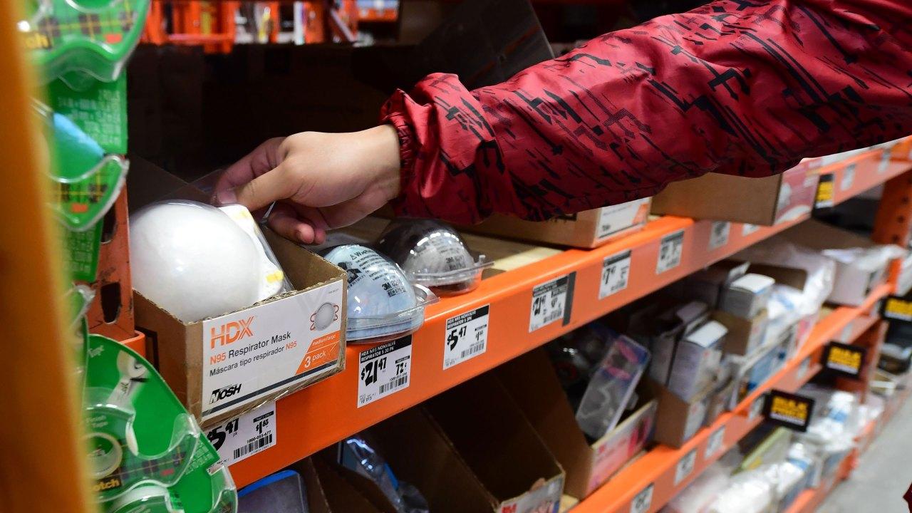Coronavirus memicu 'perang untuk masker' dalam putus asa global berebut untuk perlindungan