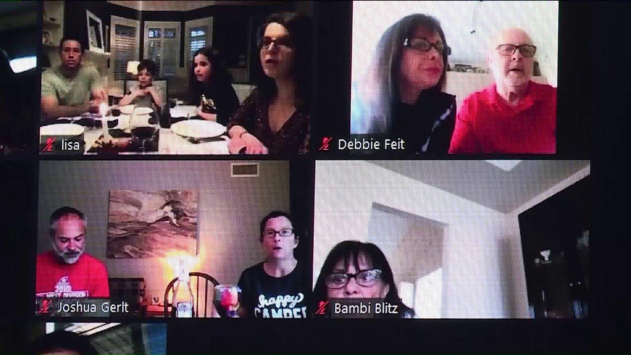Keluarga menggunakan Zoom untuk merayakan hari pertama Paskah